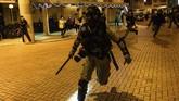 Pedemo melemparkan bom molotov ke zona karantina hingga merusak sejumlah area bangunan. (Philip FONG/AFP)