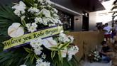 Karangan bunga di 'House of Kobe' sebuah lapangan basket di Valenzuela, Manila. Para fan meninggalkan karangan buntuk sebagai bentuk duka atas meninggalnya Kobe Bryant. (AP Photo/Aaron Favila)