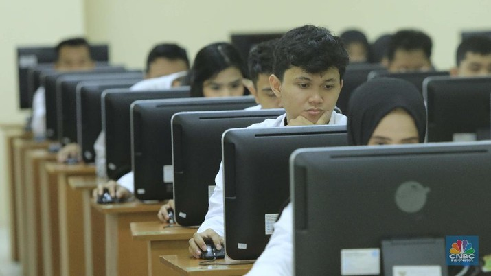 Peserta mengikuti ujian Seleksi Kompetensi Dasar (SKD) Calon Pegawai Negeri Sipil (CPNS) 2019 mulai digelar secara serentak di sejumlah titik lokasi salah satunya di Kantor Regional V Badan Kepegawaian Negara Jakarta, Senin, 27 Januari 2020.  Ini merupakan rangkaian tes untuk tahun anggaran 2019 yang ini akan dilakukan hingga Februari 2020. Plt Kepala Biro Hubungan Masyarakat BKN, Paryono menjelaskan sebanyak 3.364.868 peserta yang mengikuti seleksi kompetensi dasar (SKD) dari yang mendaftar sebanyak 4.433.029 orang. Adapun pelaksanaan SKD akan terbagi ke maksimal lima sesi per hari, dan setiap sesi berlangsung selama 90 menit.  (CNBC Indonesia/Muhammad Sabki)