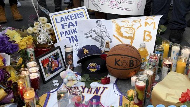 Karangan bunga dan ucapan duka mengalir untuk legenda NBA Kobe Bryant yang meninggal akibat kecelakaan helikopter di Staples Center, Los Angeles. (AP Photo/Michael Owen Baker)