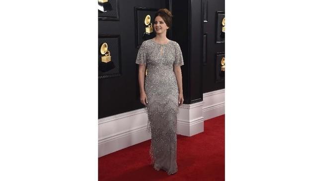 Penyanyi Lana Del Rey tetap konsisten dengan gaya vintage dalam balutan gaun sequin silver. Tak ketinggalan pula goresan eyeliner yang cukup tebal menghiasi wajahnya. (Photo by Jordan Strauss/Invision/AP)