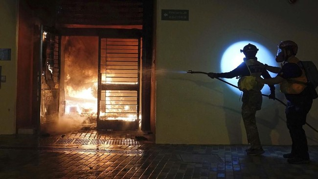 Kementerian Kesehatan Hong Kong mengatakan hingga Senin (27/1) siang ada 107 orang yang sedang dikarantina dan 77 kasus terduga virus corona. (AP Photo/Vincent Yu)