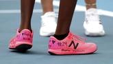 Petenis AS Coco Gauff memberikan penghormatan kepada Kobe Bryant dengan memakai sepasang sepatu yang bertuliskan nomor 24 dan julukan legenda NBA tersebut di Australia Open 2020. (AP Photo/Dita Alangkara)