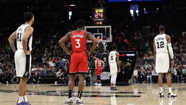Para pemain San Antonio Spurs dan Toronto Raptors berhenti sejenak saat bertanding untuk menghormati mendiang Kobe Bryant yang meninggal akibat kecelakaan helikpoter. (AP Photo/Eric Gay)