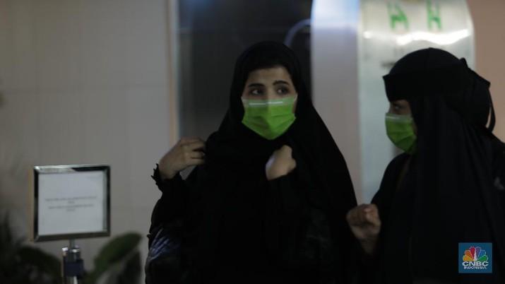 Memakai Masker, Antisipasi Masuknya Virus Corona ke Indonesia. (CNBC Indonesia/Tri Susilo)