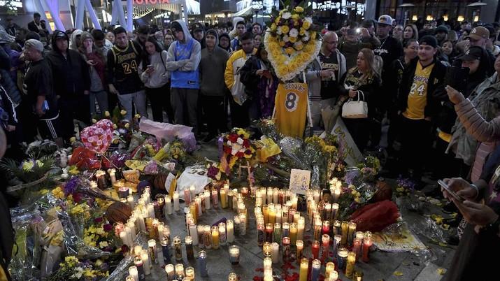 Fans membawa bunga dan topi, kaus dan memorabilia lainnya sebagai penghormatan kepada mantan bintang bola basket Los Angeles Lakers.