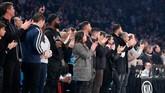 Para fan bertepuk tangan di laga Brooklyn Nets melawan New York Knicks yang berlangsung di Madison Square Garden, New York, sebagai bentuk penghormatan untuk mendiang Kobe Bryant. (AP Photo/Kathy Willens)
