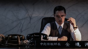 Review Film: The Man Standing Next