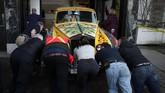 Warna asli mobil ini adalah hitam sebelum dicat ulang warna warni. (Chad Hipolito/The Canadian Press via AP)