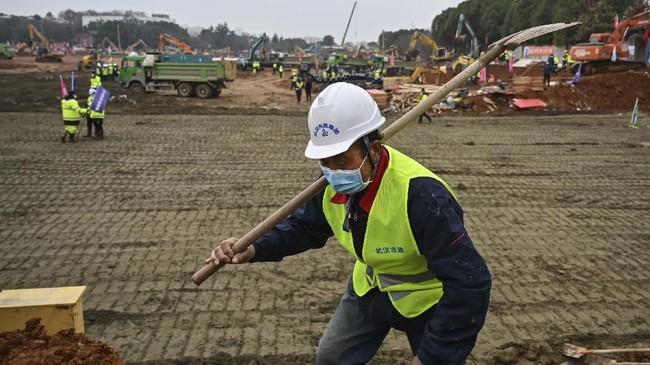 Setiap pekerja diwajibkan menggunakan masker untuk menghindari penularan virus corona.(STR/AFP)
