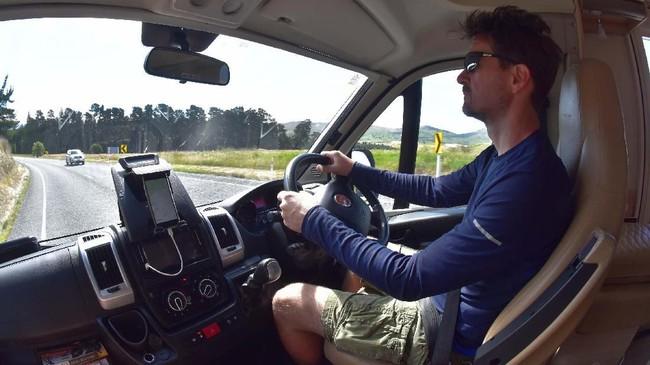 Keliling Selandia Baru naik mobil jenis camper-van menjadi kegiatan wisata yang sedang populer. (Jacob Foster via AP)