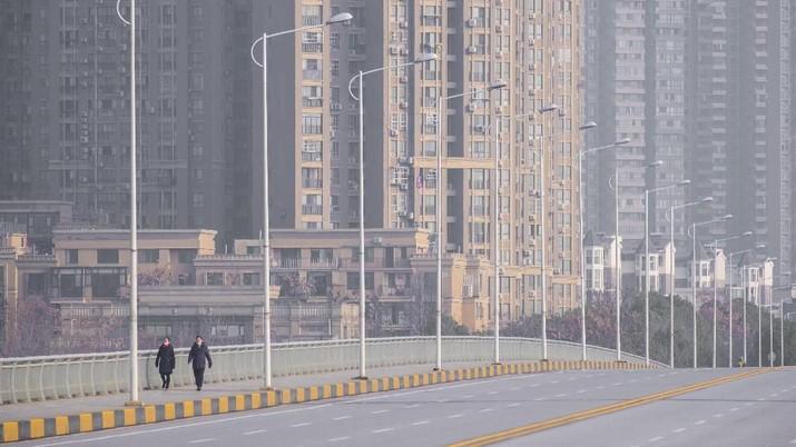 Teriakan warga Wuhan yang terisolasi menjadi viral di media sosial.