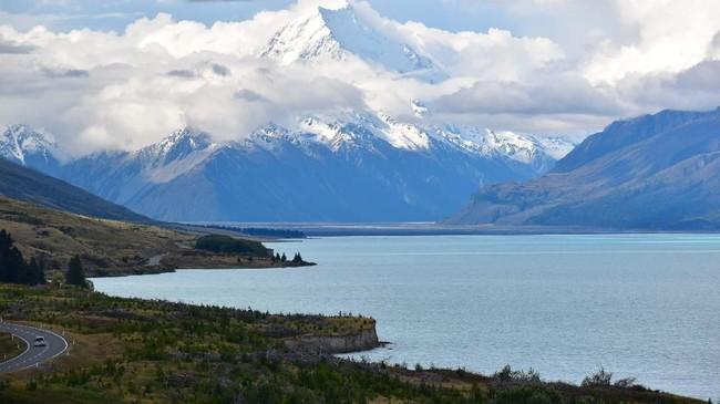 Gunung Cook dan Danau Pukaki di South Island, New Zealand. Gunung Cook adalah gunung tertinggi di Selandia Baru dan juga dikenal sebagai