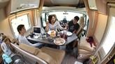 Ruang makan sederhana di dalam camper-van yang ditumpangi turis keliling Selandia Baru. (Malcolm Foster via AP)