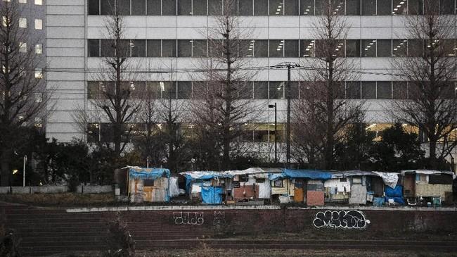 Tunawisma yang berada di area stasiun kereta bawah tanah di Tokyo terancam digusur demi menampilkan citra Jepang jelang perhelatan Olimpiade. (AP Photo/Jae C. Hong)