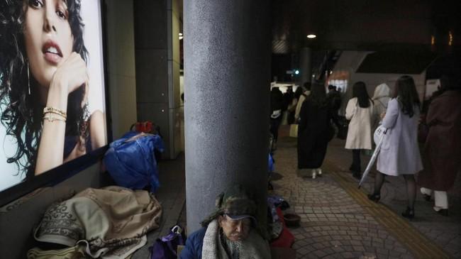 Secara teori, tidur di area terbuka merupakan pelanggaran di Jepang. JR East, perusahaan kereta api yang melayani Tokyo mengaku tidak memiliki peraturan untuk menangani tunawisma, kendati keberadaan mereka dikeluhkan penumpang. (AP Photo/Jae C. Hong)
