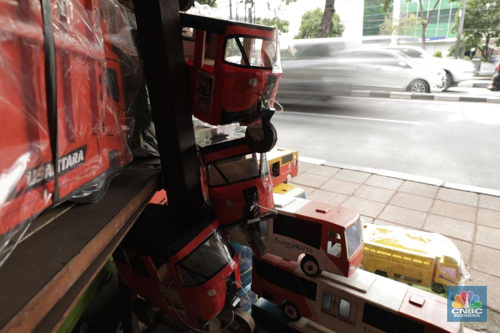 Miniatur seperti Transjakarta, Truk, hingga bajaj diproduksi oleh Uci sendiri. Selain itu, ada pula miniatur berupa kereta, bus dan banyak lagi. (CNBC Indonesia/Tri Susilo)