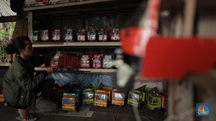 Suasana penjualan mainan kayu di lapak milik Uci (31 tahun) yang berlokasi di Jalan Raya Pasar Minggu, Jakarta Selatan, Kamis (30/1/2020).