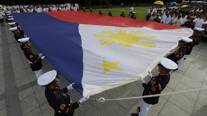 Philippine soldiers carry a giant Philippine flag before ceremonies to mark the 121st anniversary of Philippine independence at Manila's Rizal Park Wednesday, June 12, 2019. (AP Photo/Aaron Favila)