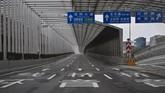 Jalan-jalan di Wuhan nampak lengang setelah merebaknya virus corona. Pemerintah China mengisolasi kota ini, selain itu sejumlah negara di dunia pun berupaya mengevakuasi warga negaranya dari kota Wuhan. (AFP/Hector RETAMAL)