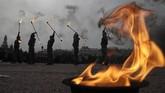Aktor tampil di sebuah pertunjukan api yang menandai peringatan ke-76 pembebasan Leningrad dari blokade Nazi Jerman dalam Perang Dunia II di St. Petersburg, Rusia, Senin, (27/1). (Foto AP / Dmitri Lovetsky)