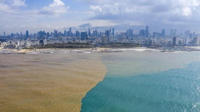 Air lumpur dari sungai Hayarkon mengalir ke Laut Mediterania di Tel Aviv, Israel, Rabu, (22/1). (Foto AP / Oded Balilty)