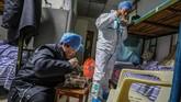 Pakar penapasan China, Zhong Nangshan memperkirakan puncak wabah virus corona akan mencapai puncaknya dalam 10 hari ke depan.(Photo by STR / AFP) / China OUT