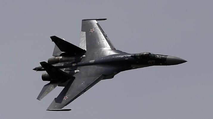 Pesawat Sukhoi SU-35. (AP Photo/Francois Mori)