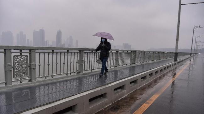 Sebelum diisolasi akibat wabah virus corona, Wuhan yang dilalui aliran sungai Yangtze dan Han itu kerap pula dijuluki sebagai Chicago-nya China. (AFP/Hector RETAMAL)