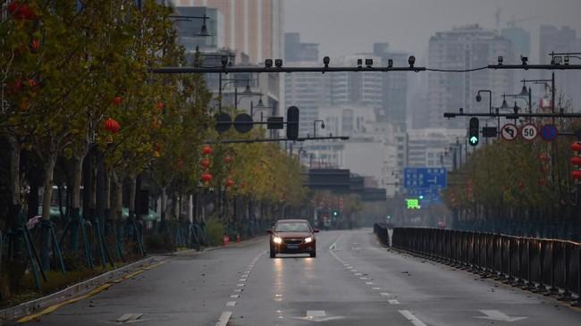Sebelum diisolasi akibat wabah virus corona, Wuhan adalah salah satu pusat kota transportasi di China. Pasalnya, kota itu dilalui banyak jalur kereta api, bandara, feri, trem, hingga jalan tol menuju kota lain di China. (AFP/Hector RETAMAL)