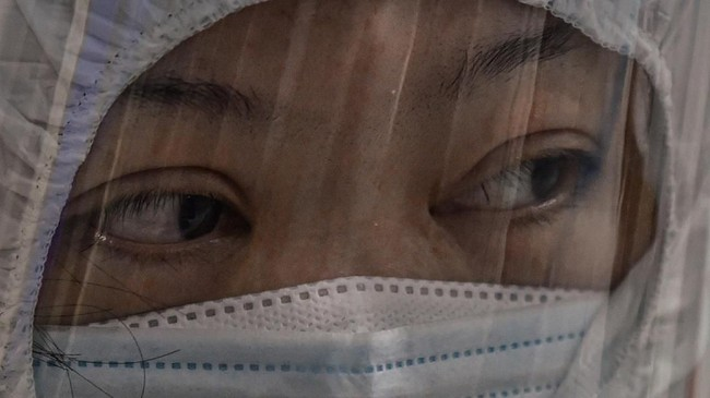 Para ahli memperkirakan puncak penyebaran virus corona di kota-kota besar China terjadi pada April atau Mei dan melambat pada Juni dan Juli.(Photo by Hector RETAMAL / AFP)