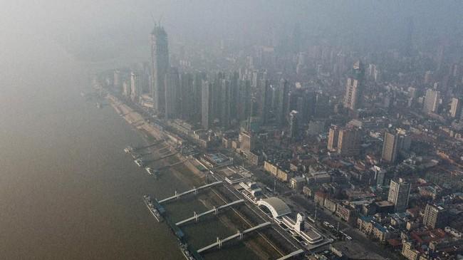 Foto aerial menampilkan gedung perkantoran dan kawasan hunian di Kota Wuhan, Provinsi Hubei, China yang tampak lengang. Wuhan adalah kota pertama ditemukannya infeksi virus corona yang kemudian menjadi wabah menakutkan dunia. (AFP/Hector RETAMAL)