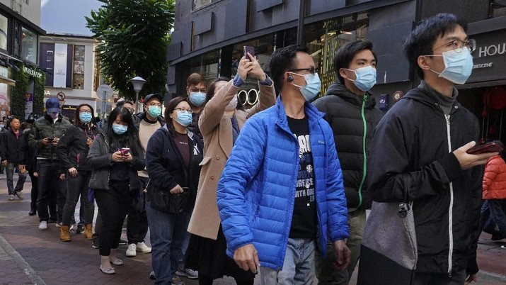 People queue up to buy face masks at a cosmetics shop in Hong Kong, Thursday, Jan. 30, 2020. The death toll rose to 170 in the new virus outbreak in China on Thursday as foreign evacuees from the worst-hit region begin returning home under close observation and world health officials expressed