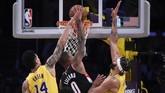 Damian Lillard jadi kunci kemenangan Blazers atas Lakers. Catatan 48 poin Lillard membuat Blazers menang 127-119. (AP Photo/Kelvin Kuo)