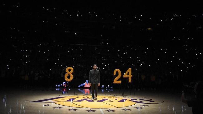 Usher tampil dalam penghormatan yang dilakukan LA Lakers terhadap Kobe Bryant. (AP Photo/Kelvin Kuo)