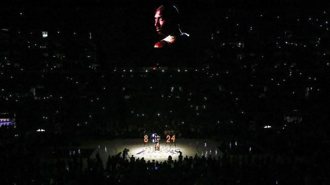 Video penghormatan untuk Kobe Bryant diputar di Staples Center pada laga LA Lakers lawan Portland Trail Blazers. (AP Photo/Ringo H.W. Chiu)