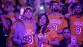 Kesedihan masih terlihat di wajah penggemar LA Lakers setelah hampir sepekan mendengar kabar kematian Kobe Bryant. (AP Photo/Ringo H.W. Chiu)