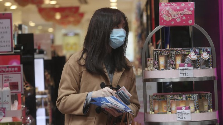 Orang-orang mengantri untuk membeli masker di sebuah toko kosmetik di Hong Kong. (AP Photo/Achmad Ibrahim)