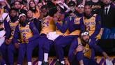 Reaksi pemain-pemain Lakers saat melihat video Kobe Bryant diputar sebelum pertandingan digelar. Kobe Bryant seringkali jadi pemain idola bagi para pemain NBA yang aktif saat ini. (AP Photo/Kelvin Kuo)