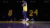 LeBron James sempat berbicara tentang Kobe Bryant sebelum laga dimulai. (AP Photo/Kelvin Kuo)