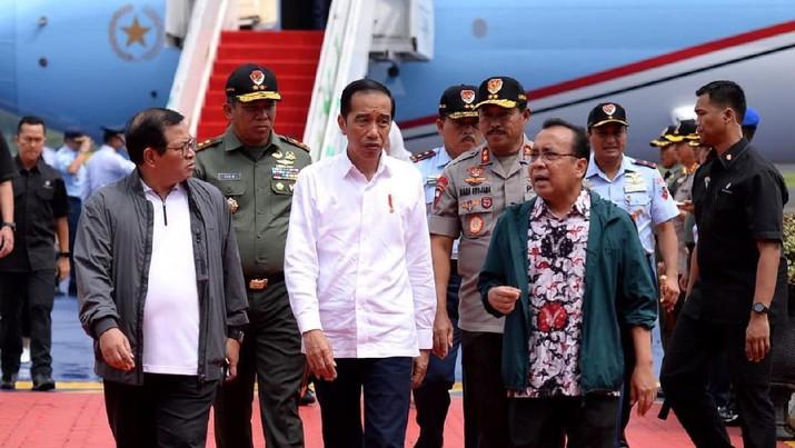 Presiden Joko Widodo tiba di Pangkalan TNI AU Halim Perdanakusuma, Jakarta, pada Minggu, 2 Februari 2020. (Biro Pers Sekretariat Presiden/Kris)