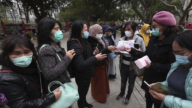 Sejumlah warga Indonesia yang berada di Hong Kong mengatakan mereka kesulitan untuk mendapatkan masker, vitamin dan alkohol untuk melindungi diri dari penyebaran virus corona. (AP Photo/Achmad Ibrahim)