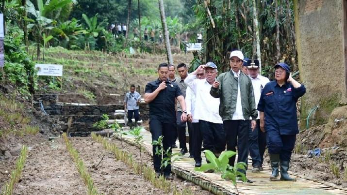 Intip Gaya Jokowi Blusukan Cek Bekas Lokasi Longsor di Bogor
