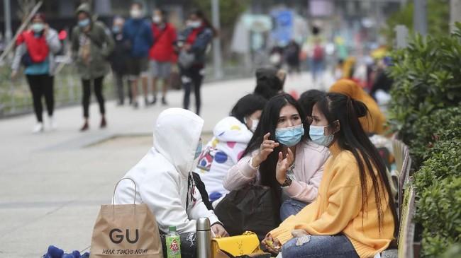 WNI di Hong Kong yang sebagian besar asisten rumah tangga sedang menikmati hari libur di Taman Victoria di tengah wabah virus corona. (AP Photo/Achmad Ibrahim)
