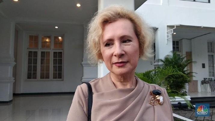 Simak penjelasan Lyudmila ketika ditemui di Galeri Nasional Indonesia, Jakarta Pusat, Senin (3/2/2020).