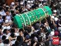 Ribuan Santri Berdesakan Antar Gus Sholah ke Pemakaman