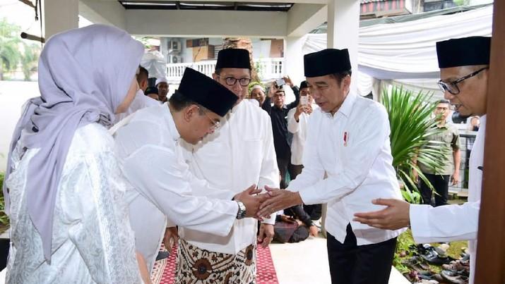 Momen Detik-detik Saat Jokowi Melayat Gus Sholah