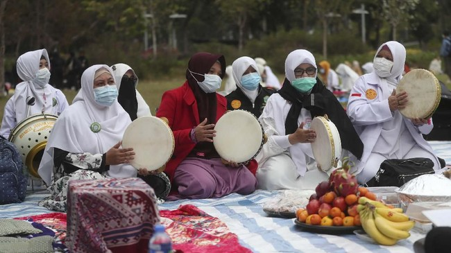 Pelaksana Tugas Konsul Jenderal Indonesia di Hong Kong, Mandala Purba, mengatakan memiliki keterbatasan dalam menyediakan peralatan yang dimaksud. (AP Photo/Achmad Ibrahim)