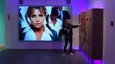 Di set ini, pengunjung dapat bernostalgia dengan awal karier Britney. Loker yang biasa ada di sekolah-sekolah di AS ini menjadi lokasi tari di video musik Give Me Baby One More Time. (Photo by Frederic J. BROWN / AFP)