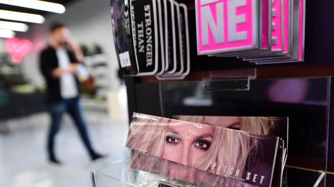 Museum ini juga menyediakan berbagai merchandise serba-Britney Spears. (Photo by Frederic J. BROWN / AFP)